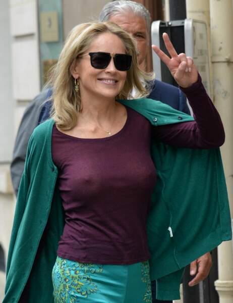 Sharon Stone sans soutien-gorge