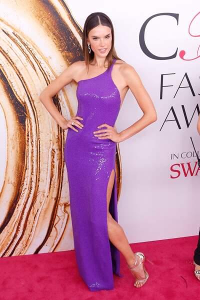 CFDA Fashion Awards : le top Alessandra Ambrosio et sa pose LA MOINS NATURELLE du monde