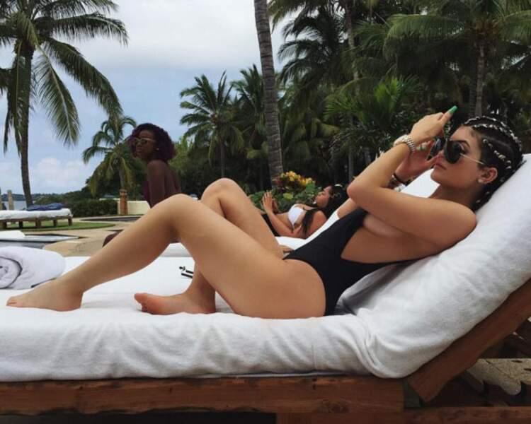 Kylie Jenner sexy sur un transat