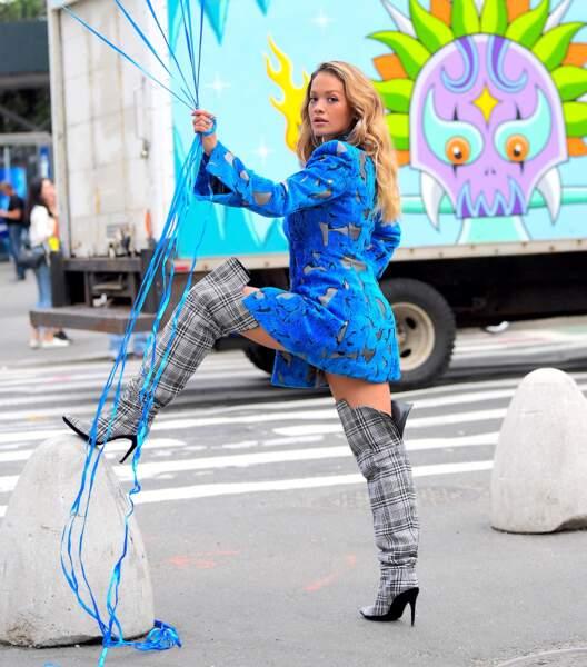 """Rita Ora, en string et sans pantalon sous une veste, nous dit """"à bientôt"""" !"""