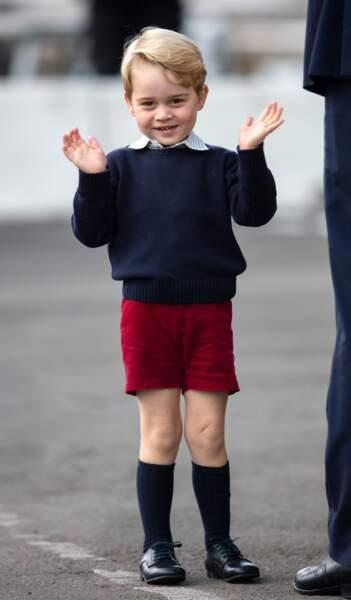 Le prince George a vite compris l'importance du salut