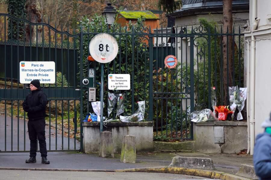 Fleurs et hommages près du domicile de Johnny Hallyday