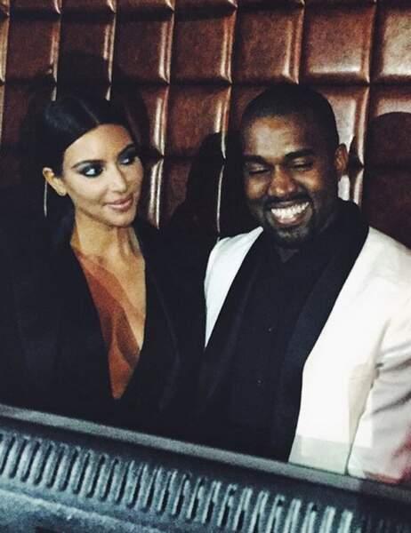 Kim regarde amoureusement son mari