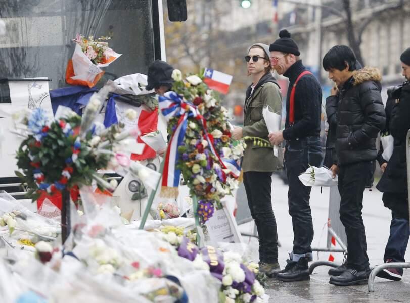 Les membres du groupe amènent des fleurs sur le lieu de l'attentat