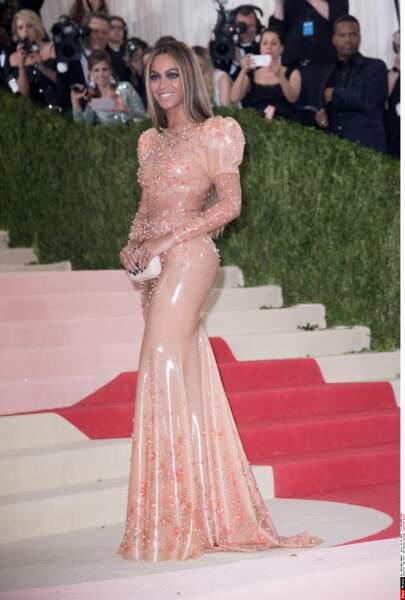 Beyoncé en latex Givenchy et sans Jay Z !