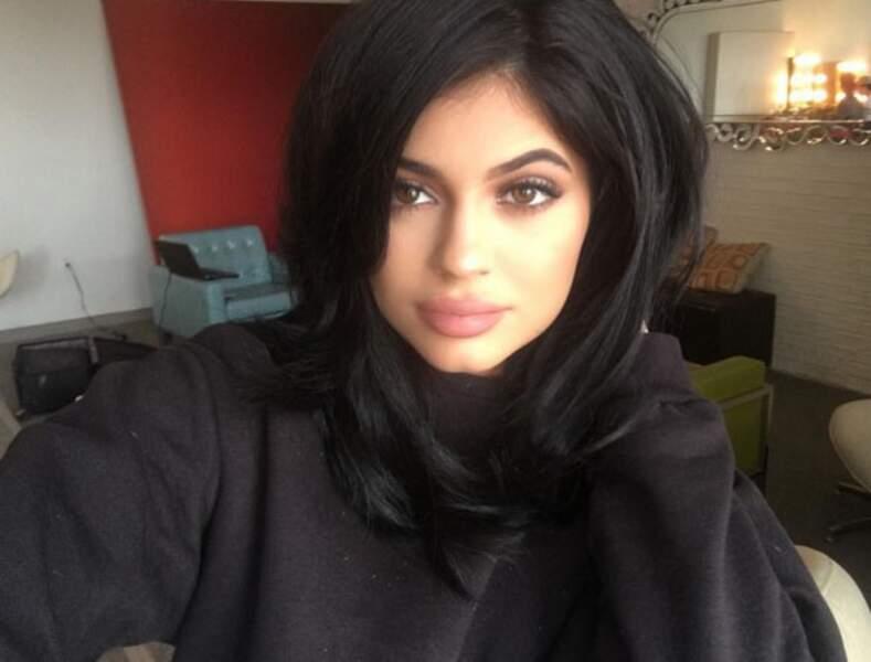 Kylie Jenner, toujours aussi jolie et sexy en col roulé