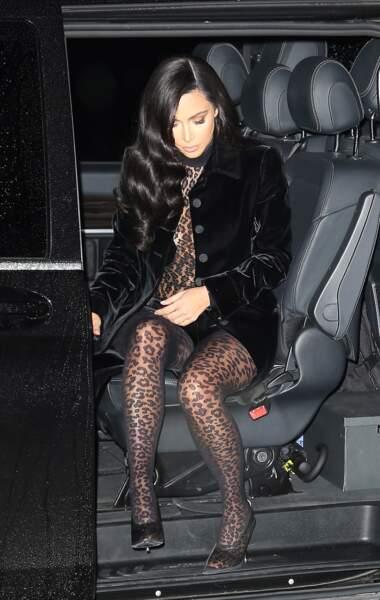 Kim Kardashian a osé le look sexy 100% léopard à Paris ce 6 mars