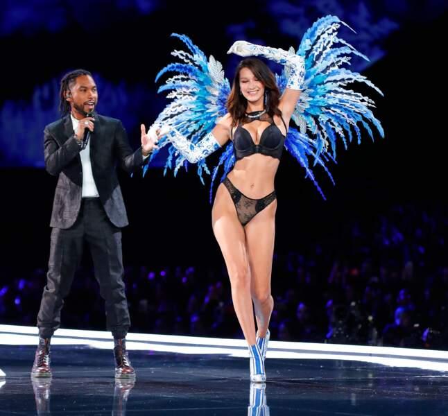 Avec le chanteur Miguel à ses côtés, Bella se sent pousser des ailes !