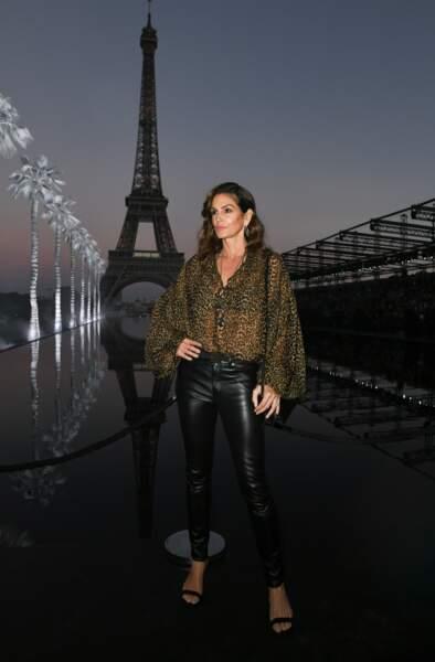 Cindy Crawford au défilé Saint Laurent à la fashion week de Paris, le 25 septembre