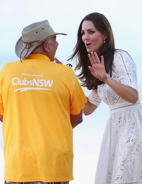 La Duchesse en pleine discussion avec un sauveteur