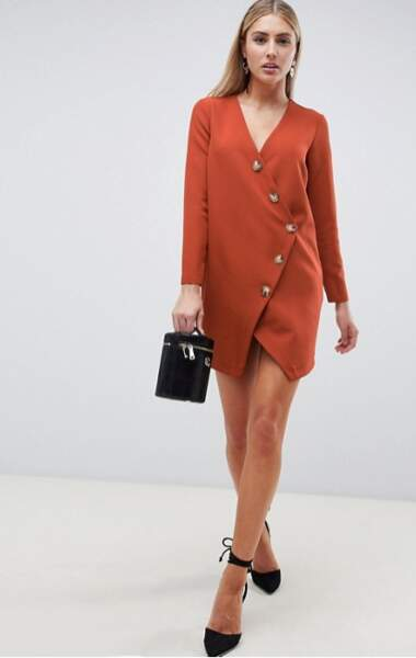 Robe courte asymétrique à boutons et manches longues, ASOS, actuellement à 29,49€