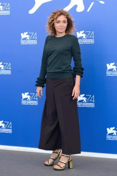 Mostra de Venise 2017 : Valeria Golino casual chic en pull et pantalon large