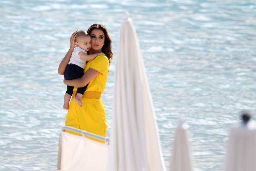 Cannes 2019 : Eva Longoria et son fils à la plage
