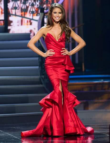 En robe rouge pour la finale, elle est incediaire