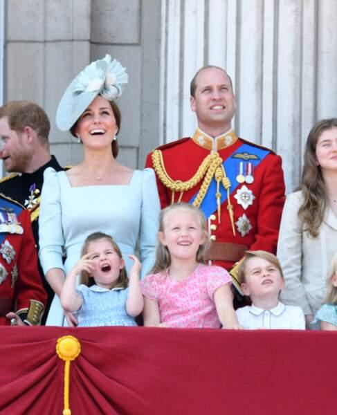 La princesse Charlotte auprès de ses parents Kate Middleton et le prince William