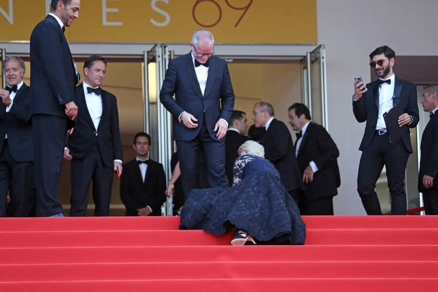 Helen Mirren a chuté sur les marches