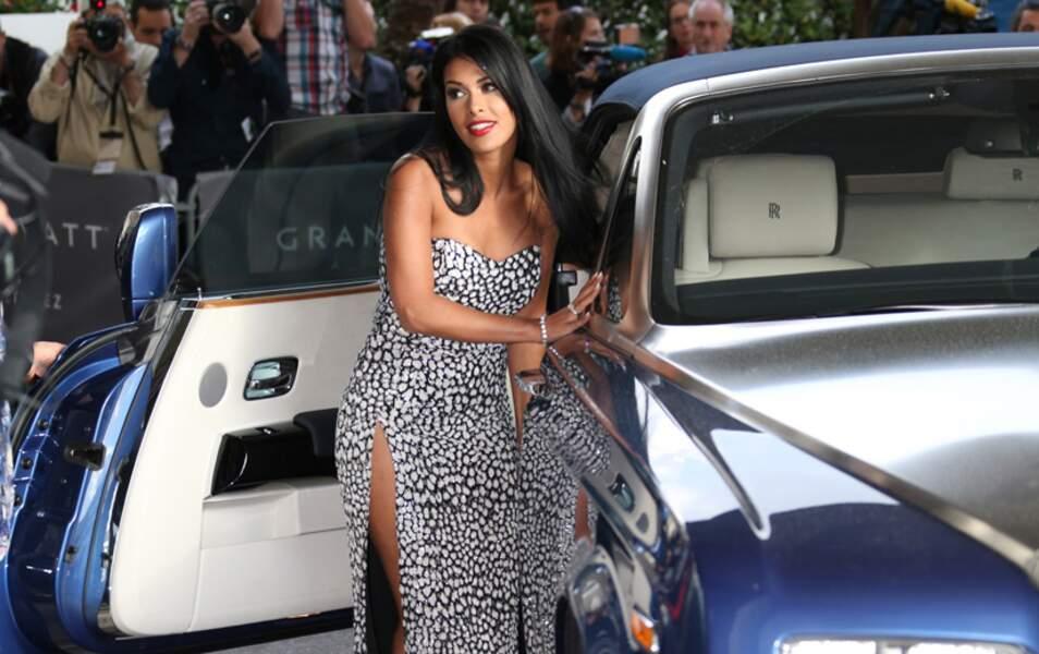 A son arrivée au Grand Hyatt Cannes Hôtel Martinez, Ayem a des difficultés à descendre de voiture