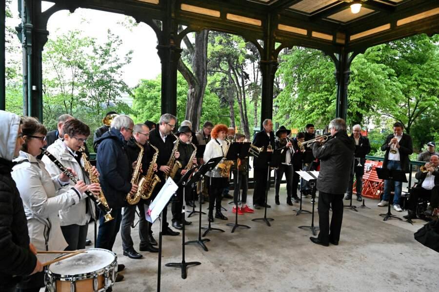 Sous le belvédère du parc, un orchestre a repris les titres du chanteur