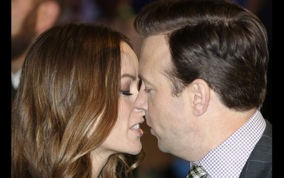 Très amoureux, le couple n'a pu s'empêcher de se bécoter sur le tapis rouge