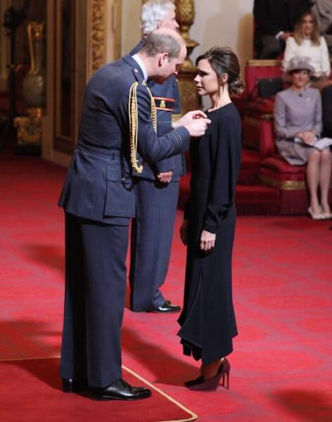 Le prince William a fait attention en épinglant la décoration sur la robe de Victoria Beckham