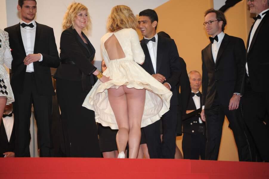 """Festival de Cannes, les accidents de tenue les plus sexy - Mona Walravens parfait exemple du """"piégée par sa robe"""""""