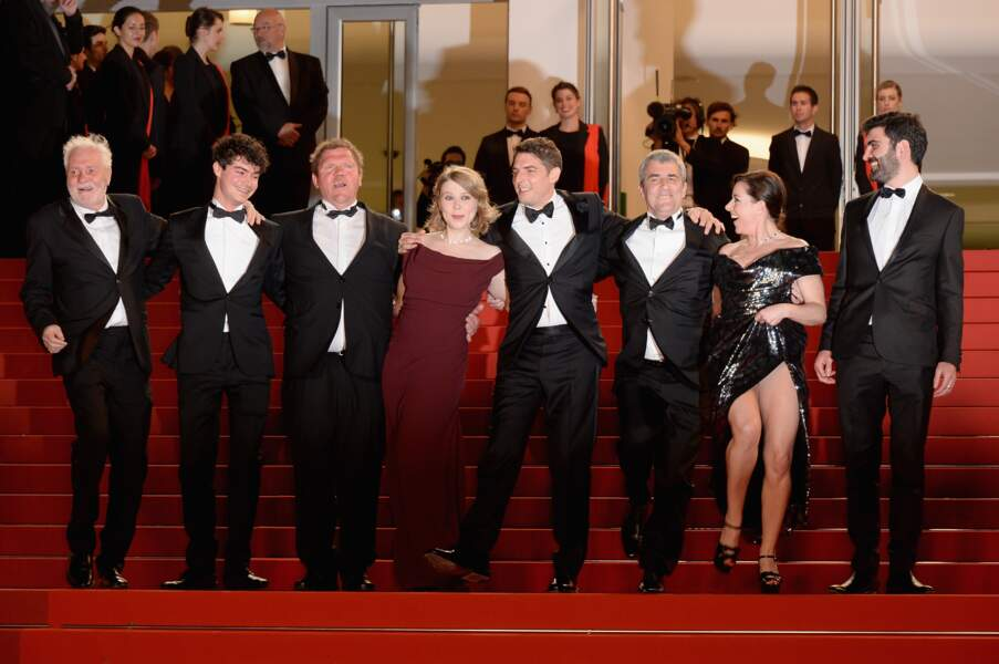 Laure Calamy, l'une des actrices du film, soulève très haut sa robe