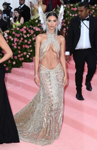 La robe d'Emily Ratajkowski est un hommage à Cher
