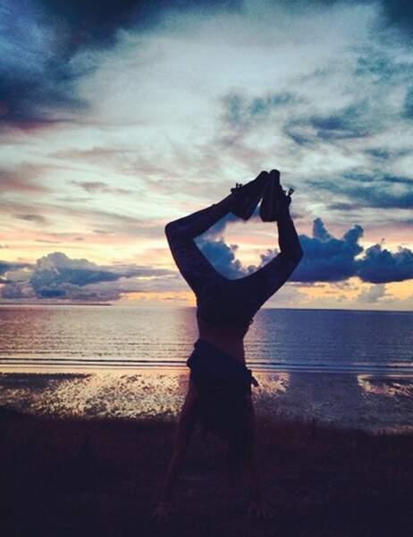 Laury Thilleman fait du yoga sur la plage