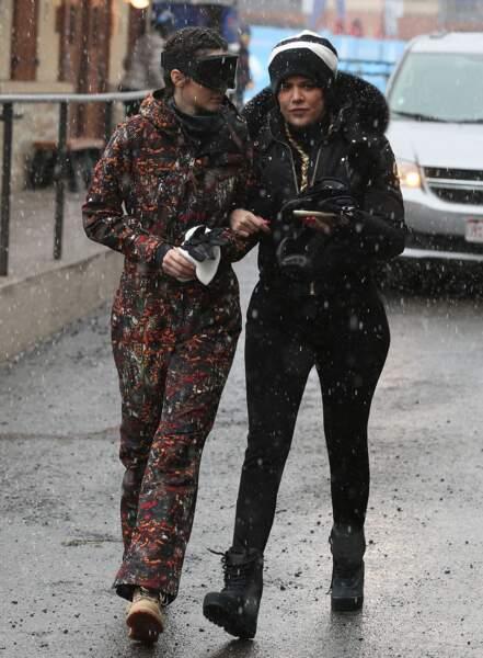 Petite balade entre soeurs pour Khloé Kardashian et Kendall Jenner, dans les rues de la station