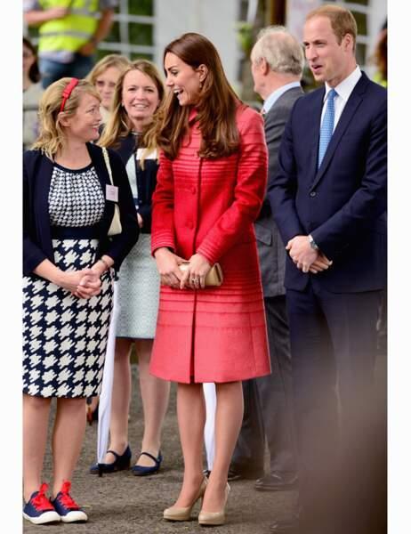 Sobrement élégante, Kate porte un manteau rouge rayé Jonathan Saunders, une robe de la marque Goat...