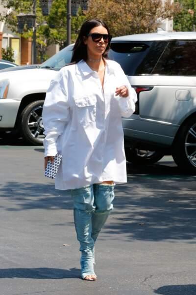 Kim Kardashian avec des cuissardes open-toe EN JEAN. Je répète, des cuissardes EN JEAN.