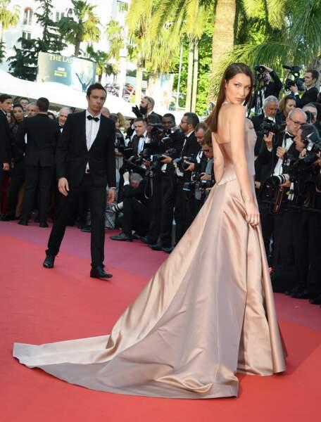 Bella Hadid porte une robe rose pale sublime