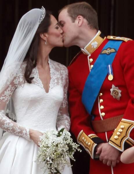 Du balcon de Buckingham Palace, le duc et la duchesse de Cambridge affichent leur amour en toute spontanéité...