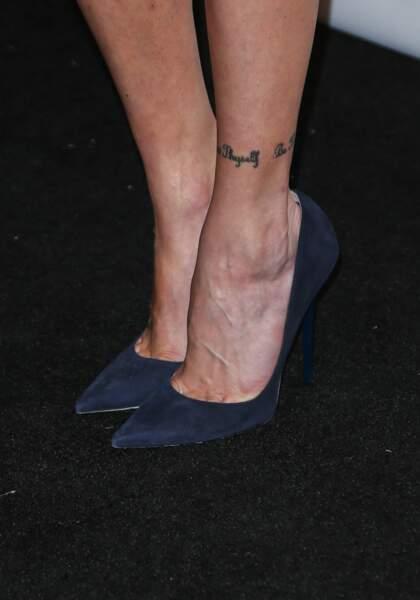 Le tatouage bracelet à la cheville de Katie Cassidy