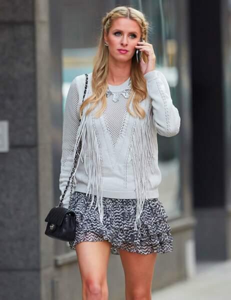 Nicky Hilton pile dans la tendance : les tresses, les franges et le sac mini...à suivre !