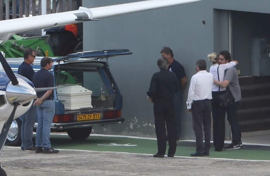Obsèques de Johnny Hallyday : Laeticia à l'aéroport de Saint-Barthélemy