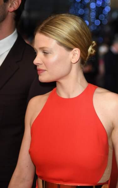 Mélanie Thierry très glamour en robe rouge sang