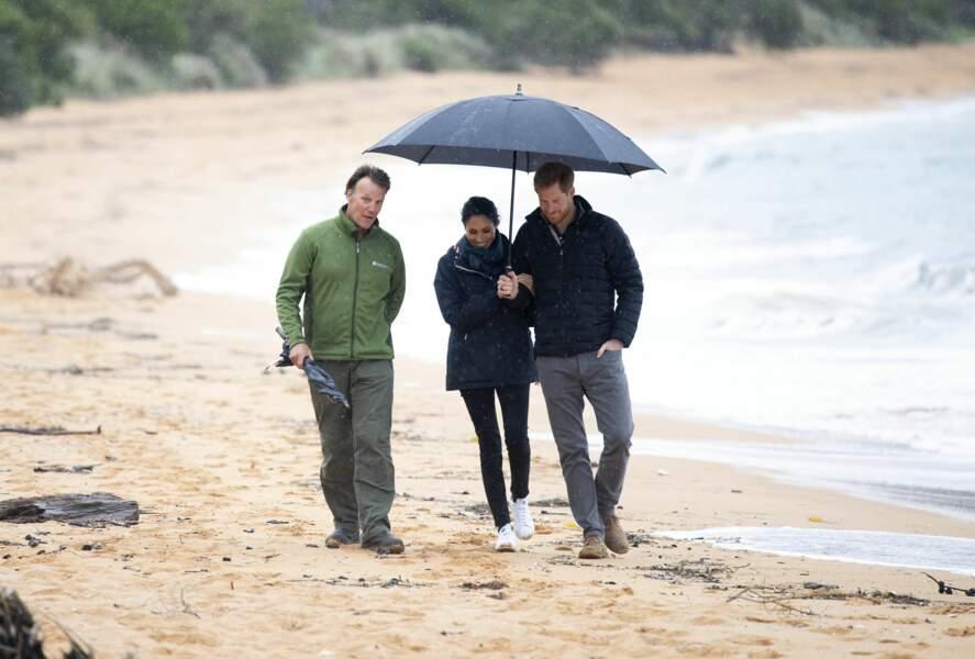 Meghan Markle et le prince Harry sous la pluie, ils s'abritent ensemble