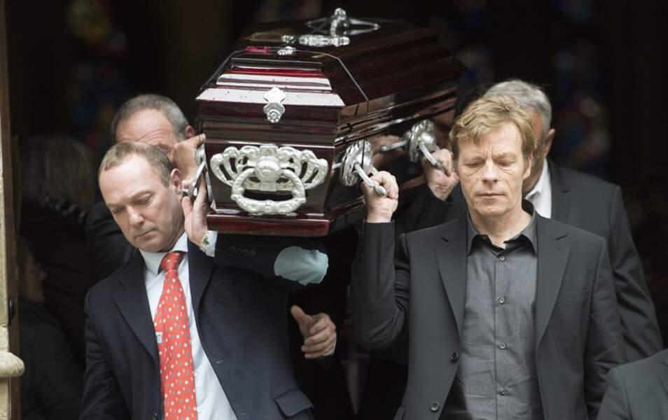 Le cercueil porté par les proches de la navigatrice lors de la sortie de l'église