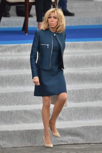 Brigitte Macron en tailleur robe bleu pétrole