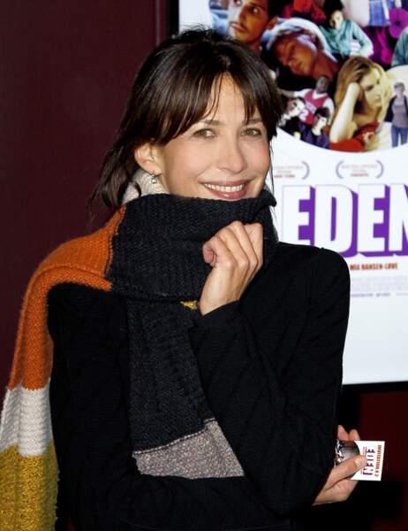 Sophie Marceau emmitouflée dans une écharpe