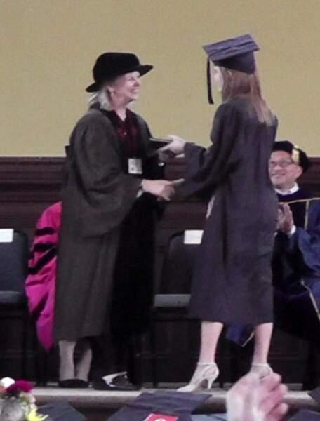 Elle a reçu son diplôme de littérature anglaise