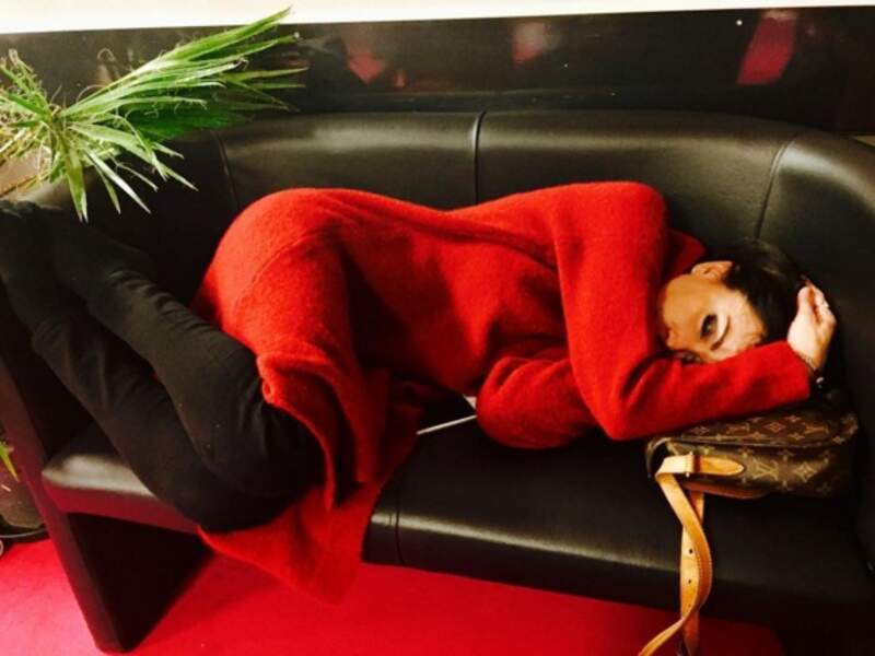"""""""Grosse activité entre les 2 shows du dimanche... #Enfoires2017 @JeniferOfficiel ronfle sur un canapé trop petit !"""""""