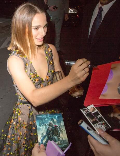Ce n'est pas un problème pour l'actrice qui signe les autographes avec plaisir