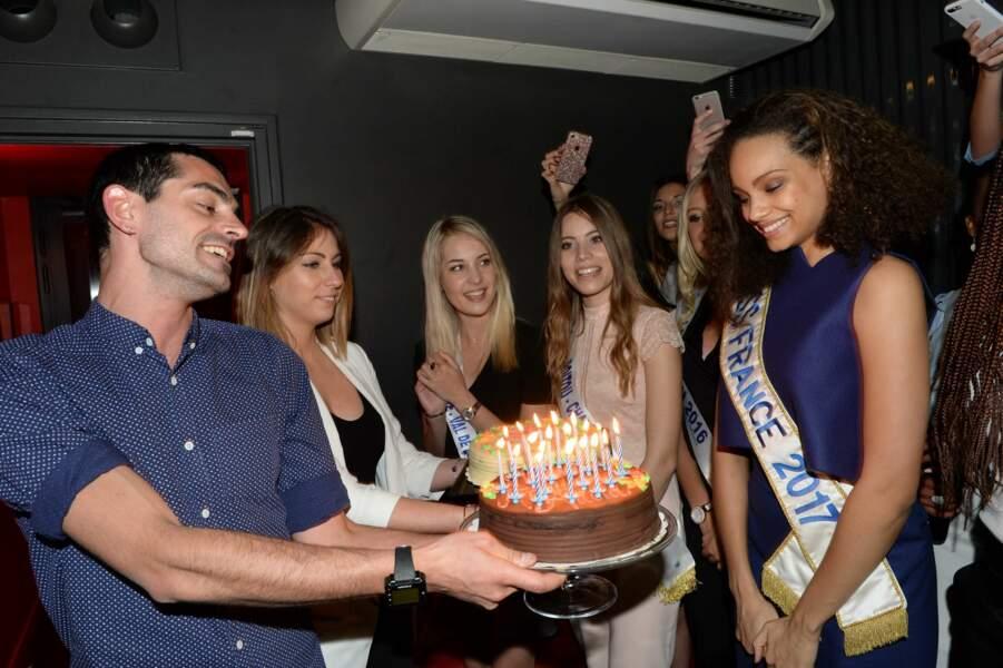 Alicia Aylies tout sourire et prête à souffler les bougies de son gâteau d'anniversaire