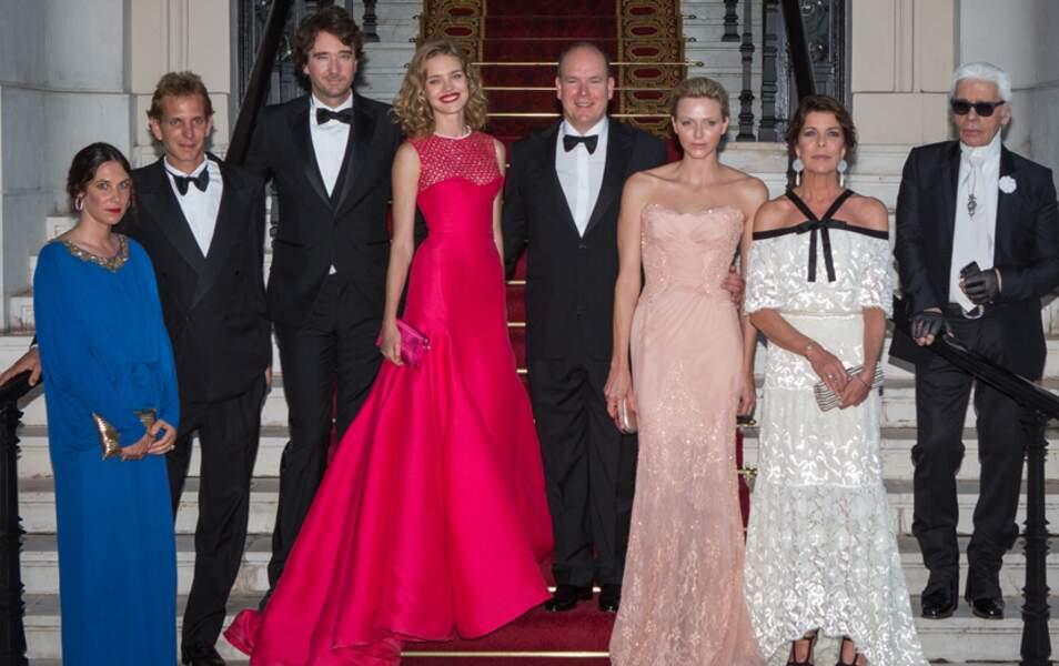 Toute la famille royale monégasque entoure le couple organisateur de l'événement et Karl Lagerfeld tape l'incruste
