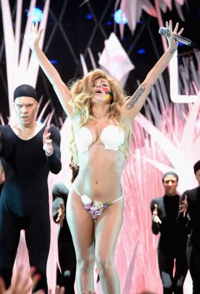 Attention Lady Gaga va nous montrer....