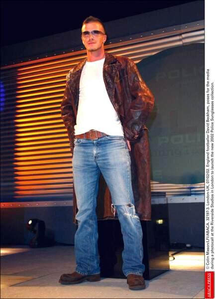 David Beckham en 2002: retour du manteau long mais en marron avec un jean délavé et des grosses boots