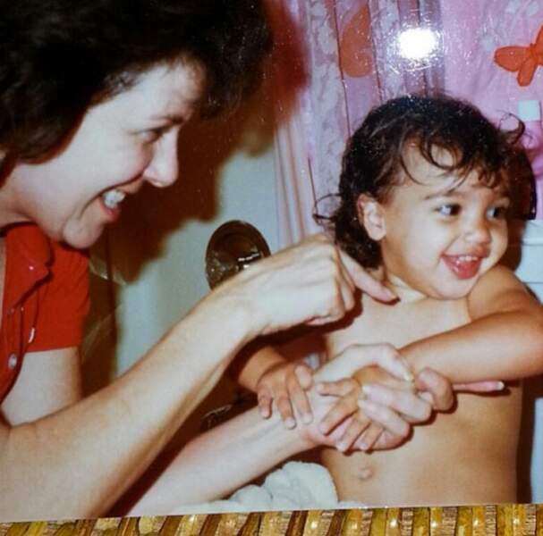 Et cette petite fille qui se se fait câliner par sa grand-mère...