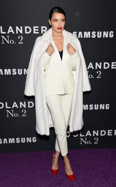 La bombe Adriana Lima toute de blanc vêtue